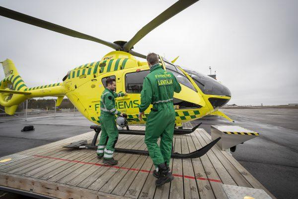Ensihoitolääkäri ja lentäjä menossa lääkärihelikopteriin